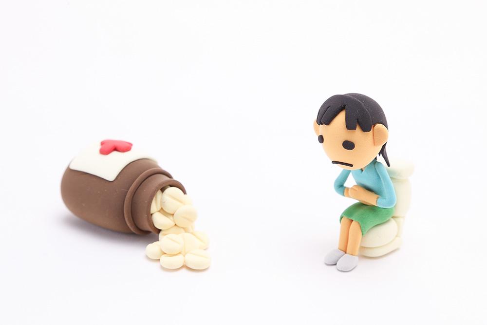 便秘に悩む女性の人形